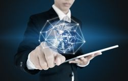 按在全球网络连接和数据的商人,关于蓝色背景 这个图象的元素由美国航空航天局装备 免版税库存图片