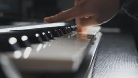 按在合成器钥匙的钢琴演奏家的手指 工作在合理的演播室 使用在钢琴的男性手 慢的侧视图 影视素材