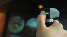 按在控制棒,战争攻击的军事战斗机的飞行员发射按钮 股票录像