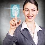 按在有指纹鉴定扫描器的真正按钮的妇女 库存照片