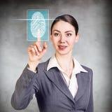 按在有指纹鉴定扫描器的真正按钮的妇女 免版税库存照片
