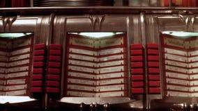 按在自动电唱机的人特写镜头按钮 影视素材