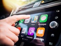 按在苹果计算机地图GPS CarPlay的妇女按钮  免版税图库摄影