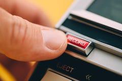 按在葡萄酒卡型盒式录音机球员的手指记录按钮 免版税库存照片