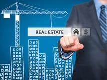按在虚屏上的商人房地产按钮 免版税库存照片