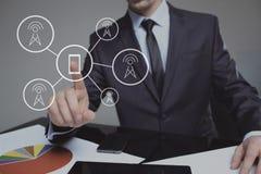按在虚屏上的商人通信按钮 3d网络照片回报了社交 到达天空的企业概念金黄回归键所有权 免版税图库摄影