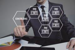 按在触摸屏接口和精选咨询的商人按钮 事务,互联网,技术概念 免版税库存照片