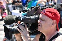按工作在第34次每年美人鱼游行期间在科尼岛 图库摄影
