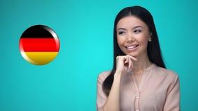 按德国旗子按钮的好奇妇女,准备好学会外国语 股票视频