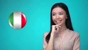 按意大利旗子按钮的美女,准备好学会外国语 股票录像