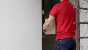 按房子门铃的送货业务传讯者 影视素材