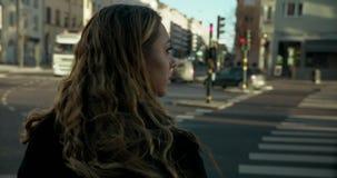 按按钮的年轻女商人在一条行人交叉路 股票视频