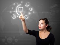 按按钮的真正中型女实业家 免版税库存图片