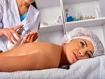 按摩做手工疗法后面的妇女治疗师 库存图片