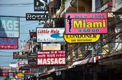 按摩和在海滩路街道上的其他多彩多姿的标志  免版税图库摄影