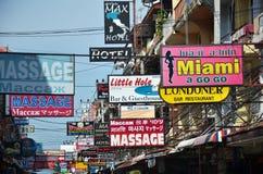 按摩和在海滩路街道上的其他多彩多姿的标志  免版税库存图片