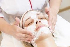 按摩和脸面护理处理化妆面具  免版税库存图片