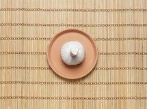 按摩在一块板材的捆绑在一张竹席子 库存图片