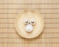 按摩在一块板材的捆绑在一张竹席子 免版税库存图片