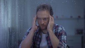 按摩在多雨窗口,偏头痛痛苦后的被用尽的中年人寺庙 股票录像