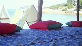 按摩在海滩的桌在慢动作的热带海岛上 1920x1080 泰国 股票录像