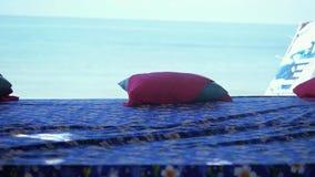 按摩在海滩的桌有在慢动作的海视图 1920x1080 股票录像