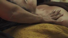 按摩她的肩膀的泰国女按摩师对女孩 影视素材