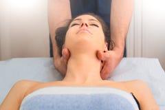 按摩妇女的脖子的专家的治疗师 图库摄影
