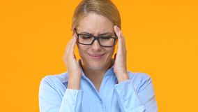 按摩寺庙的疲乏的企业夫人,遭受偏头痛在工作日以后 影视素材