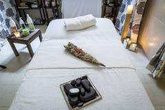 按摩屋子和温泉治疗 患者按摩和补救的自由和空的室  库存照片