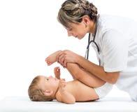 按摩或执行体操女婴的医生 免版税图库摄影