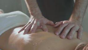 按摩有吸引力的夫人` s后面的男性massagist 影视素材