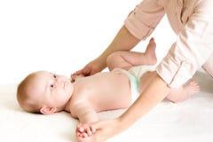 按摩母亲的婴孩 免版税图库摄影