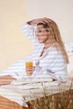 按摩温泉处理健康妇女年轻人 图库摄影