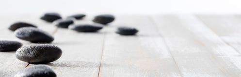 按摩灵性、ayurveda、秀丽温泉或者瑜伽的黑小卵石 免版税库存照片
