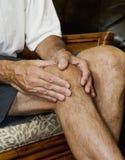 按摩痛苦的2个膝盖人 库存照片
