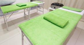 按摩秀丽健康温泉沙龙的治疗室 免版税库存照片