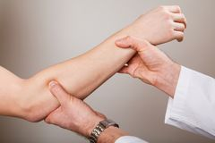 按摩脊柱治疗者,整骨疗法,手工疗法,针压法 库存照片