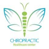 按摩脊柱治疗者与蝴蝶的诊所手的商标,标志和旋转 免版税图库摄影