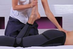 按摩脊柱治疗者,整骨疗法,手工疗法 做在男性腿的治疗师医治用的治疗 替代医学,物理疗法,痛苦 库存图片