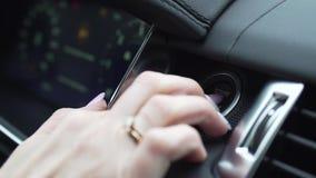 按汽车的引擎开始停止按钮的手指 股票 发动引擎的汽车司机 影视素材