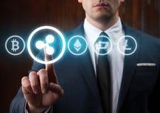 按波纹象的商人选择从其他cryptocurrency Bitcoin,波纹, litecoin,破折号, ethereum 库存图片