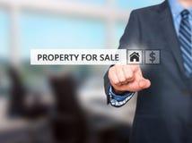 按物产在虚屏上的待售按钮的商人 免版税库存图片