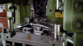 按生产 使用板钢模子,机器零件导致 车停止零件 影视素材