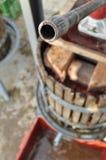 按的葡萄葡萄压榨机 免版税库存图片