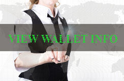 按看法一个虚屏的钱包信息按钮的夹克和领带的女实业家 交换和生产  免版税图库摄影
