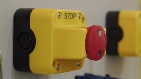 按红色停止键,手的棕榈被重新设置的事故信号 股票录像