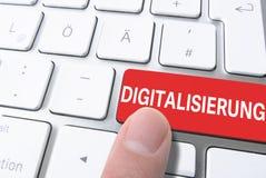 按红色键的手指标记了DIGITALISIERUNG,德语为数字化,在键盘 免版税图库摄影