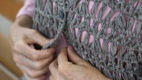按被编织的羊毛衫的老女性手,坐长凳,退休 股票视频