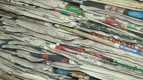 按进一步回收的报纸 股票视频
